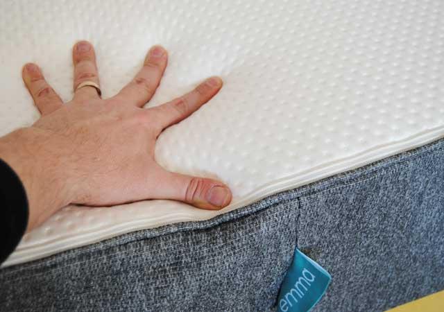Die gute Kantenstabilität gewährleistet leichtes aufstehen bei der 25cm hohen Premium Matratze.
