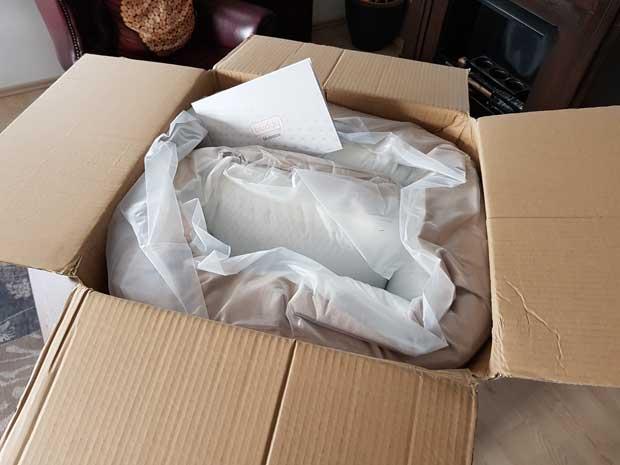 Die Buddy Matratze wird Vakuumverpackt, gerollt und komprimiert im Karton geliefert.